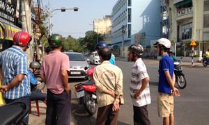 Né xe đậu bên đường, thanh niên va chạm với xe bồn suýt chết