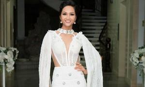 Hoa hậu H'Hen Niê khoe dáng trong váy trắng đầy quyến rũ