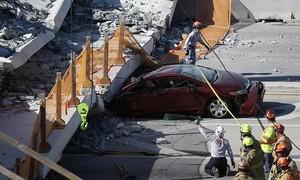 Phát hiện vết nứt trước khi cầu đi bộ tại Mỹ sập làm 8 người chết