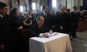 Nhiều lãnh đạo, giáo dân đến viếng cố Tổng giám mục Phaolô Bùi Văn Đọc