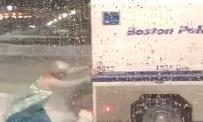 Clip  'nữ hoàng băng giá' Elsa giải cứu xe cảnh sát bị kẹt trong tuyết