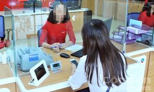 """Cô gái trẻ mưu trí phối hợp cùng nữ nhân viên ngân hàng """"hạ gục"""" tên cướp"""