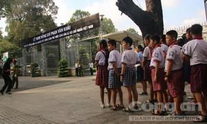 Người dân bay từ Hà Nội vào TP.HCM viếng bác Sáu Khải