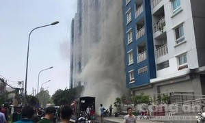 Dân hoảng hốt khi thấy khói lại bốc lên tại chung cư Carina Plaza