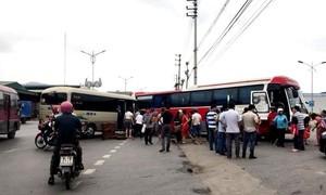 """Hai xe khách """"đối đầu"""" gần bến, 14 người bị thương"""