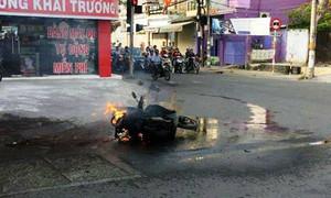 Xe tay ga cháy rụi trên đường, chủ nhân bán phế liệu được 500 ngàn