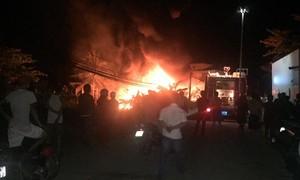 Cháy sát chợ, người dân náo loạn