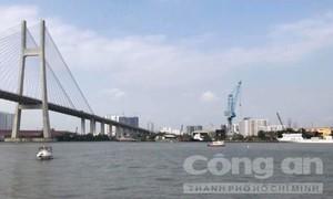 Hai sà lan đâm nhau trên sông Sài Gòn, ba người thoát chết