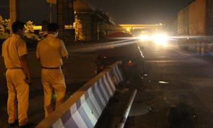 Mất lái, xe Mercedes 'móp đầu' trên xa lộ Hà Nội
