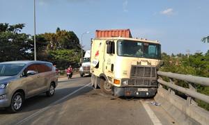 QL1A kẹt 3km vì container tông lan can cầu Kinh Xáng