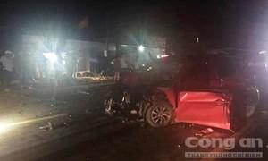 Xe hơi lấn làn tông trực diện xe tải, tài xế tử vong trong xe