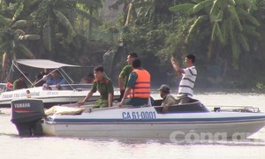 Chìm sà lan, ba người một gia đình chết và mất tích