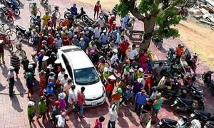Đi mua lúa, bị dân vây vì tưởng... bắt cóc trẻ em