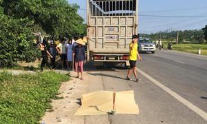 Chở vợ đi khám thai, hai vợ chồng bị xe tải tông chết thảm
