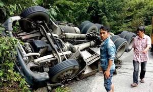 Container lao vào vách núi trên đèo Bảo Lộc, người dân đập cửa cứu tài xế