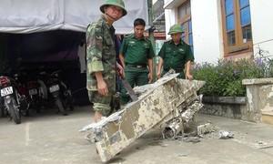 Ngư dân vớt được mảnh vỡ nghi là bộ phận của máy bay
