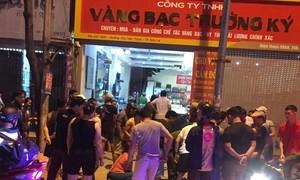 Hàng chục Cảnh sát vây bắt nhóm cướp tiệm vàng nghi có súng