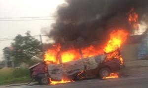 Xe khách gây tai nạn rồi bốc cháy, hai người bị thương