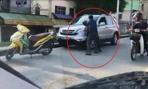 """Mạo nhận là lái xe của """"lãnh đạo Bộ"""", đánh người sau va chạm giao thông"""