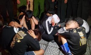 """Đi """"bão"""" sau chiến thắng của ĐT Việt Nam, 2 thiếu niên lao xe vào CSGT"""