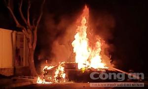 Xế hộp Lexus tông ngã cột đèn rồi bốc cháy ngùn ngụt ở Sài Gòn