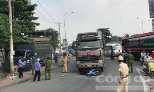 Container ôm cua cán xe máy ở Sài Gòn, 2 người tử vong, 1 bé gái nguy kịch
