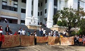 """Đại diện Công ty Bách Đạt không đến tòa, khách hàng """"biểu tình"""""""