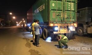 """Xe container cán chết người rồi chạy tiếp trên con đường """"tử thần"""""""