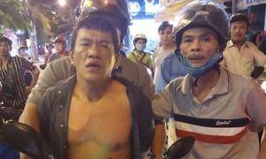 """""""Hiệp sĩ"""" ở Sài Gòn bắt nóng tên trộm """"đá xế"""" có 3 tiền án"""
