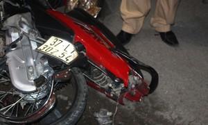 Xe máy nát bét sau cú đối đầu xe khách limousine, thanh niên chết thảm