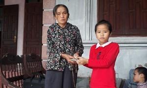 Học sinh tiểu học nhặt được của rơi tìm người đánh mất trả lại