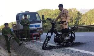 Châm lửa đốt xe máy khi bị CSGT dừng xe kiểm tra