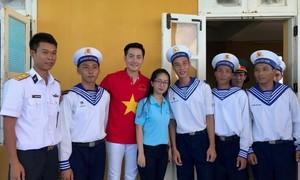 Nguyễn Phi Hùng hạnh phúc mang âm nhạc đến biển đảo