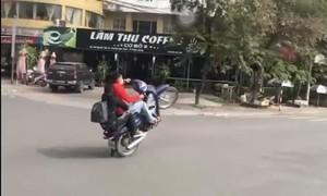 """Phạt thanh niên """"bốc đầu"""" xe máy trên đường"""