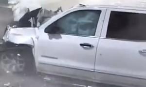 Clip ô tô mất lái, lao vào quầy bán vé ở sân bay