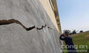 Trường mới xây đã sụt lún, nứt toác, thầy trò không dám vào học