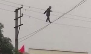 Người đàn ông say rượu đi trên dây điện cao thế suốt 3 tiếng