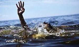 Nhảy xuống hồ nước cứu bạn, cả 2 bé chết đuối thương tâm