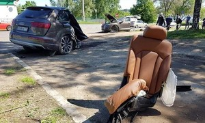 Hình ảnh Audi Q7 đâm cột đèn gãy đôi, tài xế không bị thương