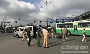 Xe 16 chỗ tông xe máy qua đường ở Sài Gòn, một người tử vong