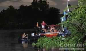 Cảnh sát dầm mưa tìm thi thể người đàn ông dưới sông Sài Gòn
