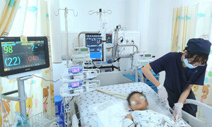 Cứu sống bé trai 5 tuổi rơi từ tầng 12 chung cư ở Sài Gòn xuống đất