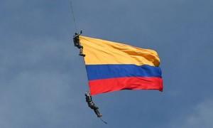 Clip hai lính Colombia thiệt mạng khi biễu diễn 'trên trực thăng'