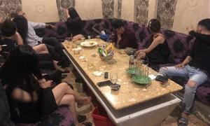 """Nhiều nữ tiếp viên ăn mặc """"mát mẻ"""" trong quán karaoke ở Sài Gòn"""