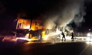Xe giường nằm chở 15 người cháy rụi khi đang lưu thông