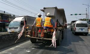 Đoàn xe chở dầm cầu siêu trường siêu trọng lưu thông giờ cao điểm