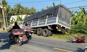 """Xe tải mất lái """"quét"""" 5 xe máy, tông gãy cột điện"""