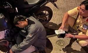 CSGT kịp thời giúp thanh niên say rượu không bị mất 40 triệu đồng