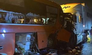 Xe khách tông trực diện xe container, 2 người chết, 17 người bị thương