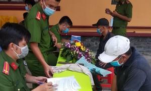 Công an huyện Bình Chánh nỗ lực thu hồi vũ khí và hung khí